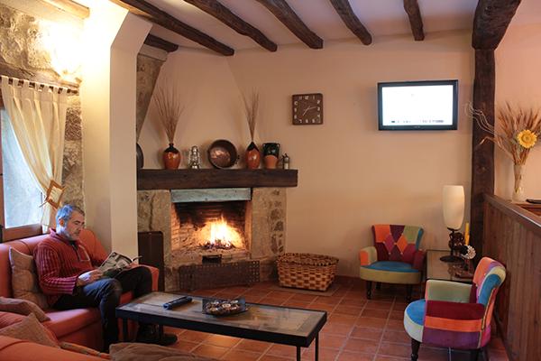 Chimenea para clientes alojados Hotel en el valle del jerte, puedes disfrutar de un vino de la tierra junto a nuestra chimenea.
