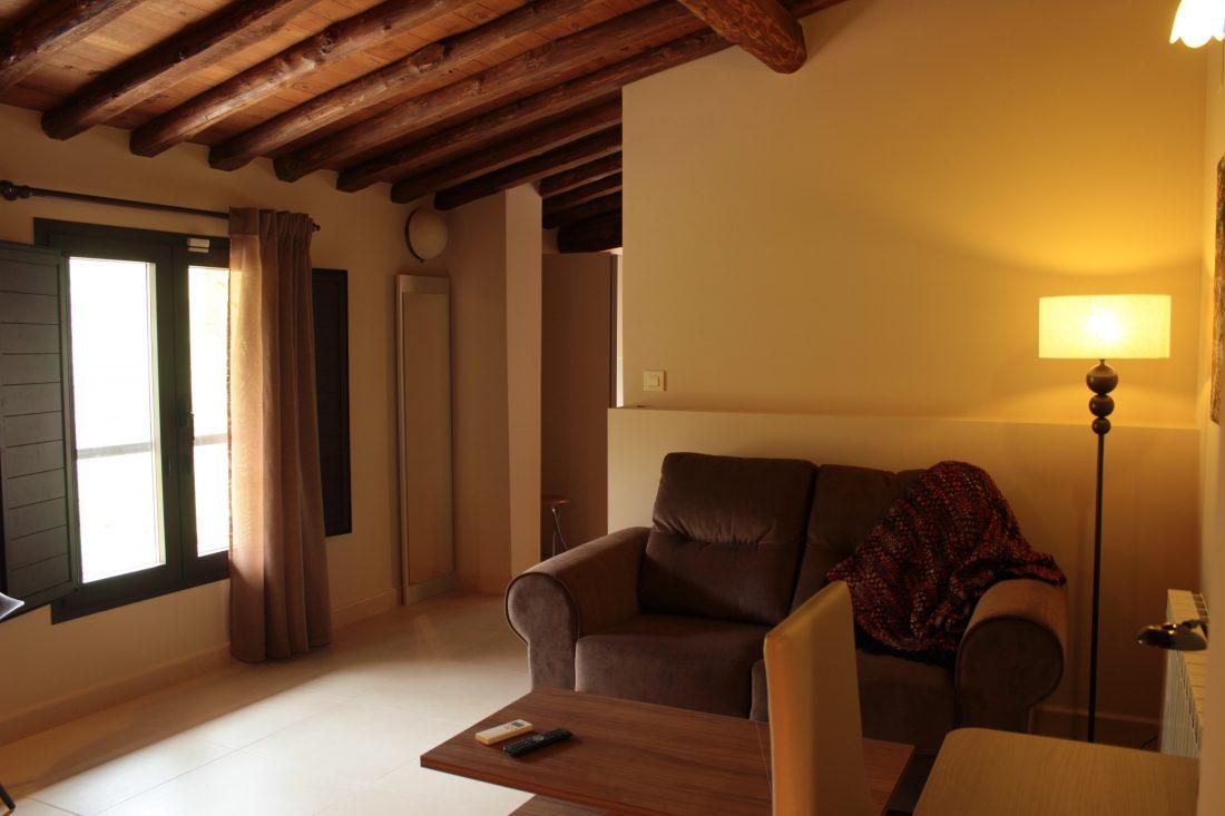Sofás y zona de estar de la habitación De Luxe del Hotel rural El cerezal de los Sotos en el Valle del Jerte