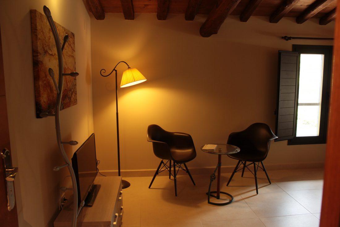 Rincón de lectura de las habitaciones del Hotel rural El cerezal de los Sotos en el Valle del Jerte