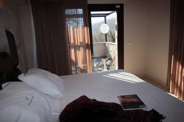 Cama y vistas de la terraza de la habitación deluxe