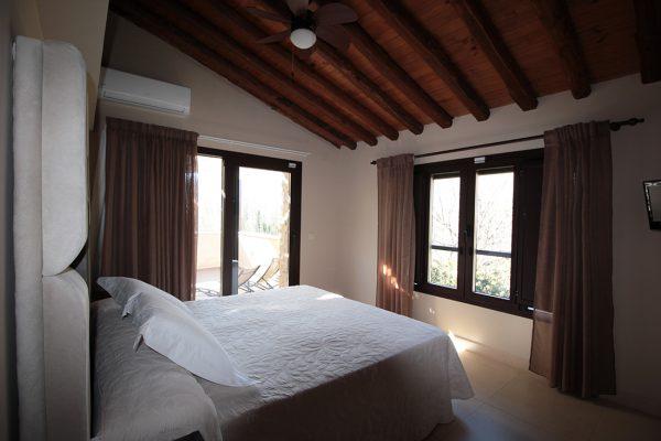 Cama de la habitación deluxe del hotel Rural El cerezal de los Sotos