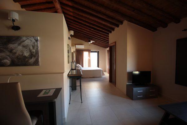 Las Habitaciones deluxe del Hotel Rural El cerezal de los Sotos tienen una amplia zona de estar donde relajarse.
